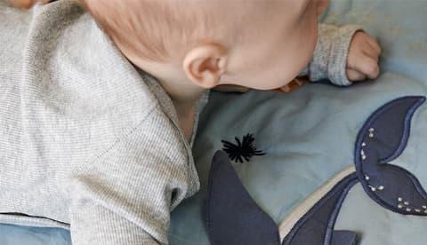 Bébé sur tapis